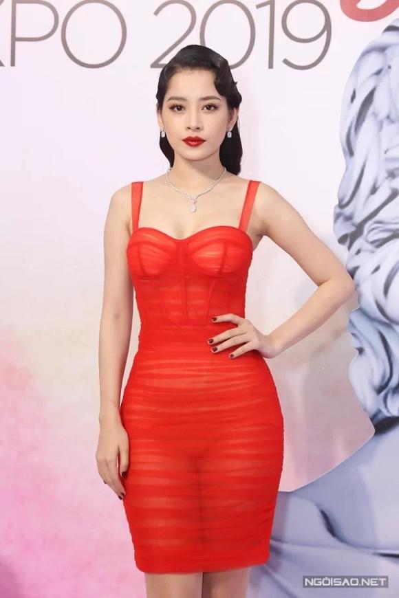 Trước đó một ngày, Chi Pu xuất hiện rực rỡ tại sự kiện thuộc triển lãm làm đẹp Ngoisao Beauty Expo 2019 trong thiết kế do Đỗ Long sáng tạo. Phom váy ôm sát trên nền chất liệu xuyên thấu tôn lên đường cong nuột nà của giọng ca Anh ơi ở lại.