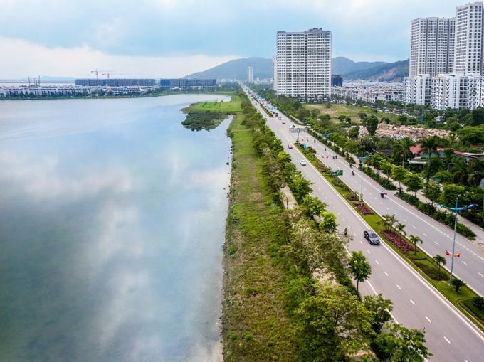 Halong Marina nằm trải dài bên bờ vịnh di sản.
