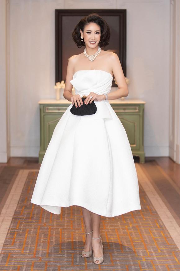 Dự tiệc kỷ niệm 25 năm ngày cưới của vợ chồng Diễm My, Hoa hậu Hà Kiều Anh ghi điểm bởi phong cách sang trọng với mẫu váy phồng nữ tính do Đỗ Mạnh Cường thực hiện.