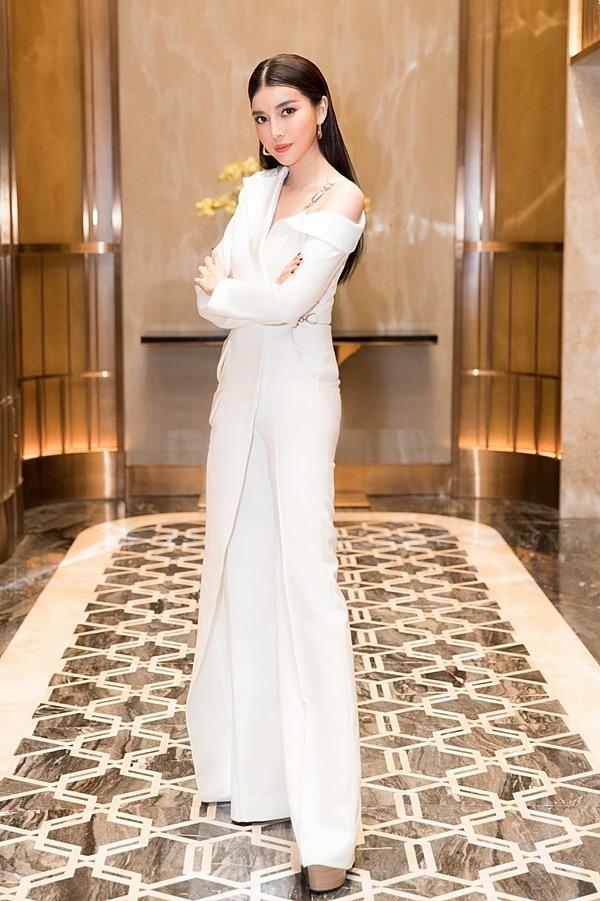 Nam stylist cũng khen ngợi bộ suit trắng cách điệu mà Cao Thái Hà mặc trên thảm đỏ sự kiện này: Bố cục trang phục cân đối và chiều dài quần phù hợp với giày giúp nữ diễn viên tăng sức hấp dẫn hình thể.