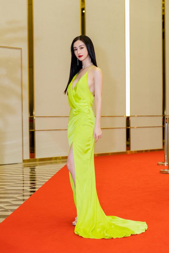 Jun Vũ khoe vóc dáng mảnh mai cùng thiết kế váy lụa cut-out sắc nét để tôn những điểm vàng trên hình thể người mặc.
