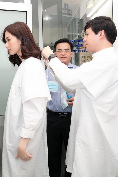 Trung Tín ân cần buộc dây áo blue cho vợ.