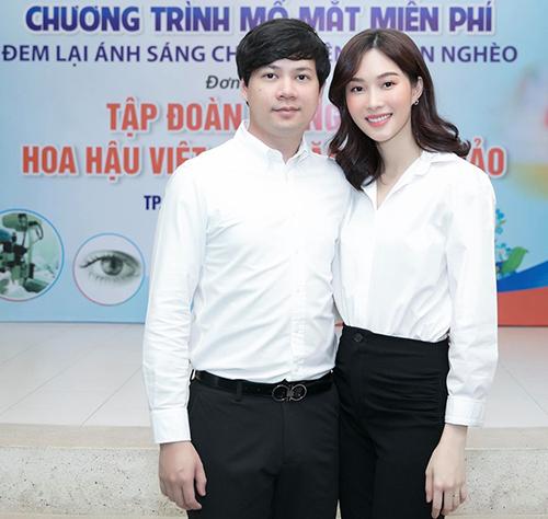 Thu Thảo nhận xét cô và chồng mặc quần tây, áo sơ mi trắng như sinh viên đi gặp bà con cô bác ở bệnh viện.