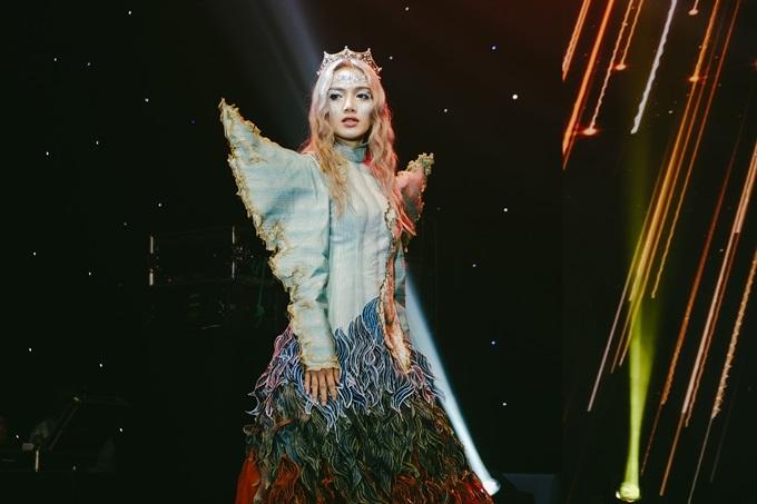 Make-up artirst Kayla Triệu hóa trang theochủ đề thiên thần. Lối trang điểm có gam màu lạnh, trong sáng để làm nổi bật thông điệp khao khát hòa bình.