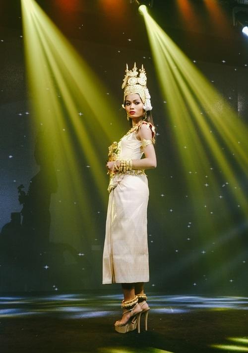 Châu Kim Sang theo phong cách Apsara - điệu múa Khmer truyền thống cung đình Campuchia vào thế kỷ 20. Cô được Hữu Tài Lê make-up, diện trong phục của Tailee.