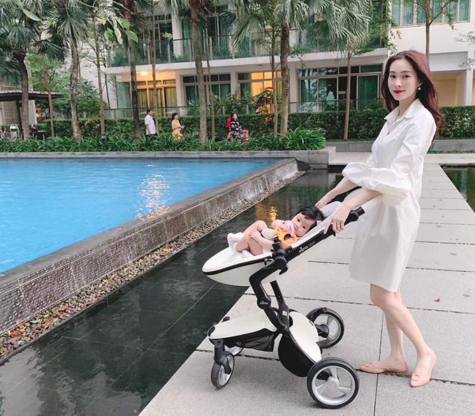Trở thành mẹ, Đặng Thu Thảo gần như dành trọn thời gian để chăm sóc con gái. Cô hạnh phúc khi chứng kiến sự thay đổi của con mỗi ngày và không muốn xa con gái lâu nên ít nhận công việc.