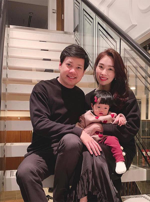 Cái Tết đầu tiên làm mẹ, Đặng Thu Thảo chia sẻ khoảnh khắc hạnh phúc đón giao thừa bên gia đình nhỏ. Thời điểm đó, người đẹp cho biết con gái thích nghe nhạc và hay hóng chuyện.