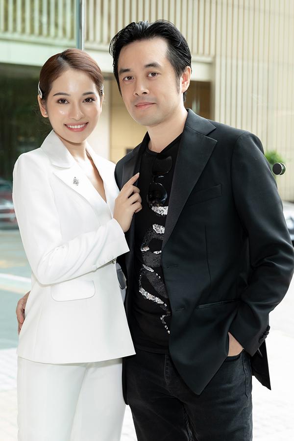 Nữ ca sĩ tình tứ bên ông xã, nhạc sĩ Dương Khắc Linh. Sau đám cưới, cặp trai tài gái sắc hiện tận hưởng cuộc sống vợ chồng son, tập trung phát triển sự nghiệp.