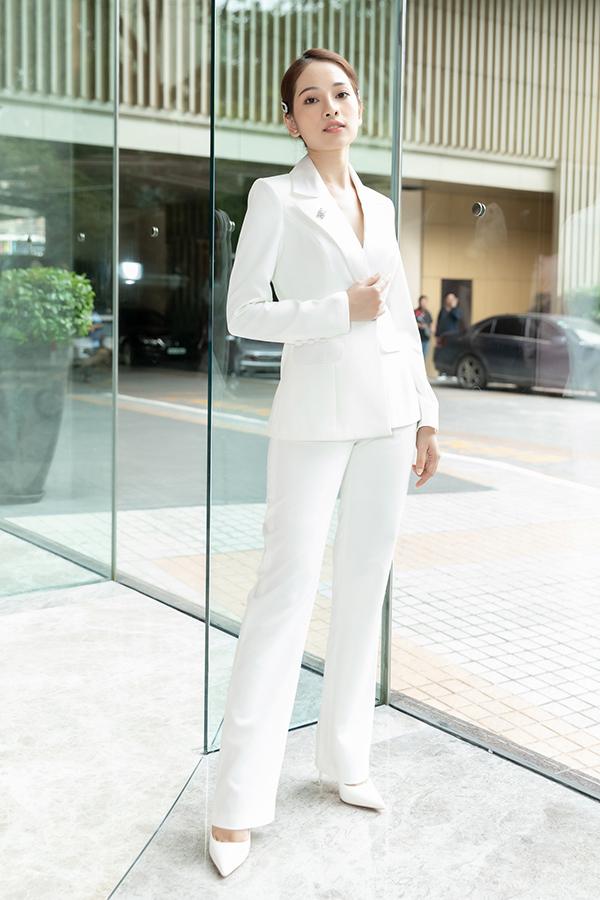 Sara Lưu diện cả cây trắng đến mừng Lưu Hương Giang làm CEO.