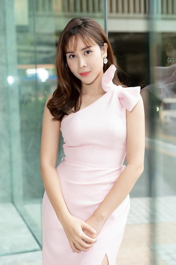 Lưu Hương Giang khoe dáng trong bộ váy nhạt màu khi đón khách dự tiệc mừng cô lên chức CEO của một viện thẩm mỹ. Nữ ca sĩ từng làm mũi, chỉnh răng, tiêm mỡ tự thân vào mặt... và hiện tự tin với nhan sắc sau 3 năm dao kéo.