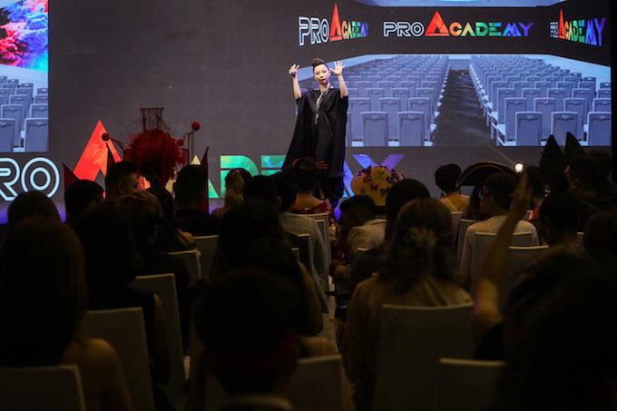 Khán phòng chật kín với sự tham gia của những người có niềm đam mê với nghề trang điểm. Ảnh: Quỳnh Trần.