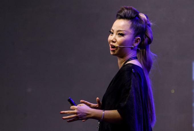 Chuyên gia trang điểm Thanh Phan chia sẻ tại hội thảo. Ảnh: Quỳnh Trần.