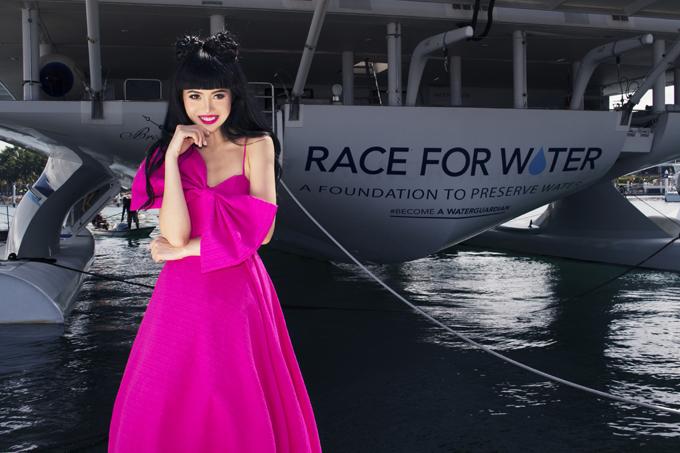 Đây là lần thứ 2 jJessica Minh Anh quảng bá thời trang ấn tượng của cặpđôi nhà thiết kế Việt ra thế giới. Trước đó siêu mẫu diện các thiết kế trắng tinh khôi tại hòn đảo  Soneva tạ Maldives.