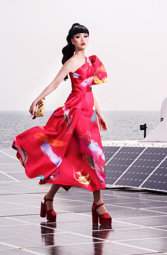 Váy đi tiệc thiết kế bất đối xứng, hoạ tiết sinh vật đại dương nằm trong bộ sưu tập Laventura của Vũ Ngọc & Son.