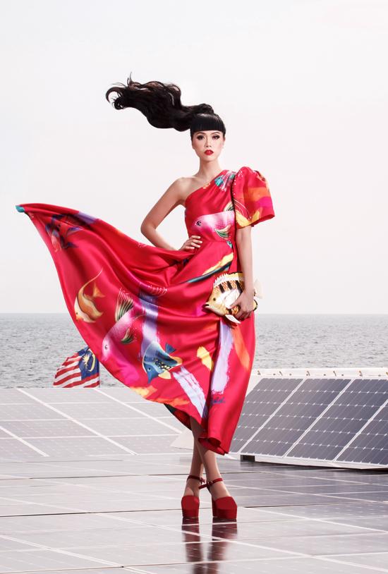 Jessica chọn các trang phục màu sắc rực rỡ trong buổi chụp hình trên con tàu tới đảo Kota  kinabulu tại Malaysia.