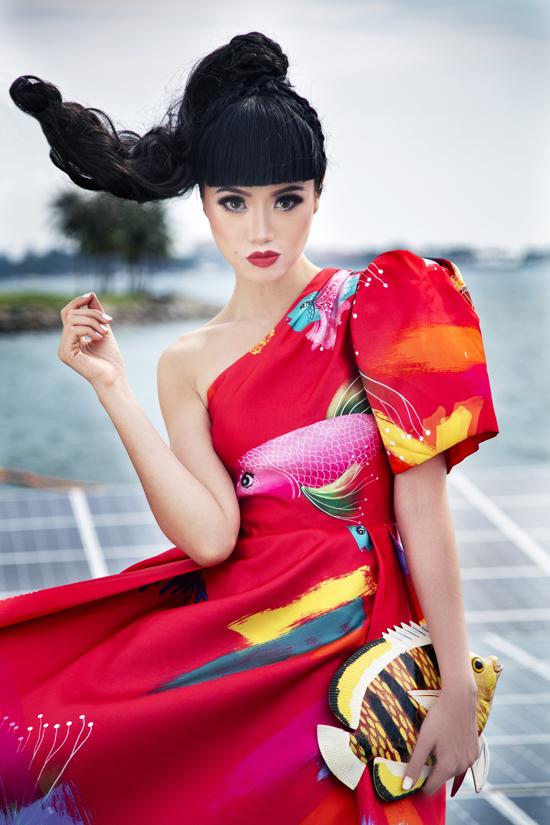 Các mẫu váy in hoạ tiết đại dương được hai nhà mốt lăng xê mùa hè2019 được jessica kết hợp phụ kiện vô cùng bắt mắt.