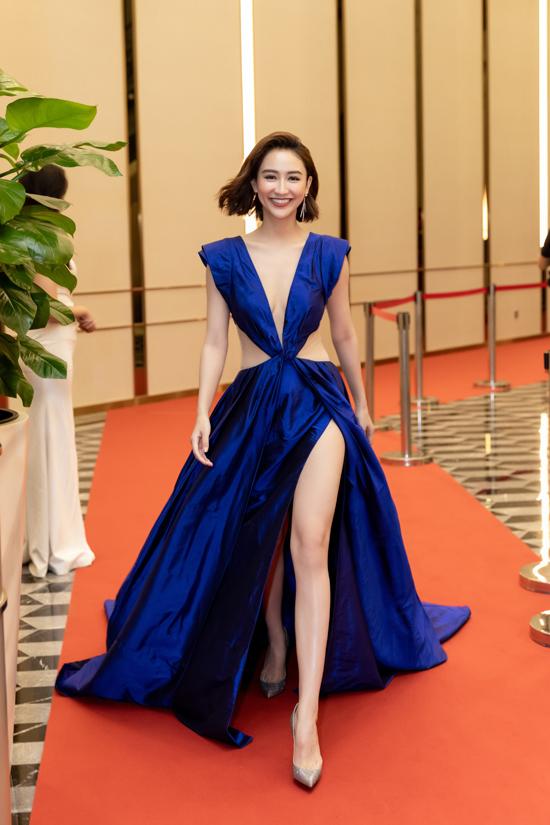 Á hậu Hà Thu chọn váy xẻ cao của Lê Thanh Hòa để tôn vẻ đẹp hình thể và giúp mình lộng lẫy, gợi cảm khi xuất hiện trên thảm đỏ củaGala Ngoisao Beauty Expo 2019.