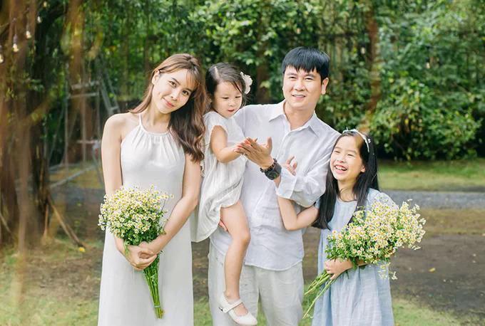 Tháng 9/2019, Lưu Hương Giang khoe bộ ảnh hạnh phúc bên ông xã và hai con gái. Cô chia sẻ cảm giác mãn nguyện với những gì đang có. Dù có mệt mỏi đến mấy khi ở ngoài thì mỗi lần về nhà và nhìn thấy chồng, con, cô lại thấy mọi thứ tiêu tan cả.