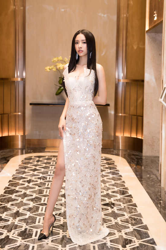 Á hậu Thúy An khoe chân dài cùng váy ánh kim xẻ cao.