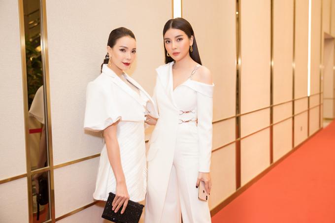 Không hẹn mà gặp, Cao Thái Hà và Trà Ngọc Hằng cùng xây dựng phong cách hiện đại, cá tính khi góp mặt trên thảm đỏ chương trình  Gala Ngoisao Beauty Expo.