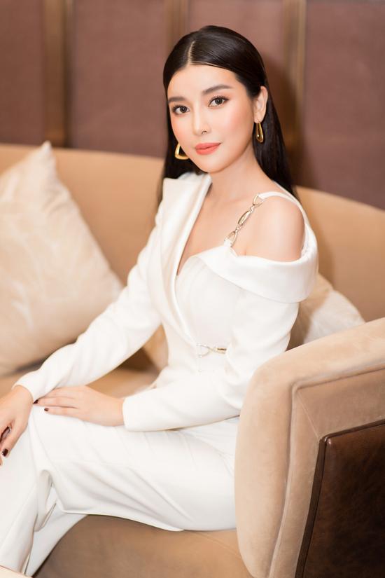 Trang sức vàng gold theo đúng xu hướng thời trang 2020 được chọn lựa khéo léo để tăng sức hút cho set đồ của Cao Thái Hà.