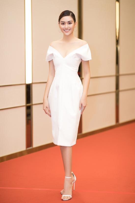 Á hậu 2 Hoa hậu Thế giới Việt Nam 2019 Tường San thanh lịch với váy trắng trễ vai.