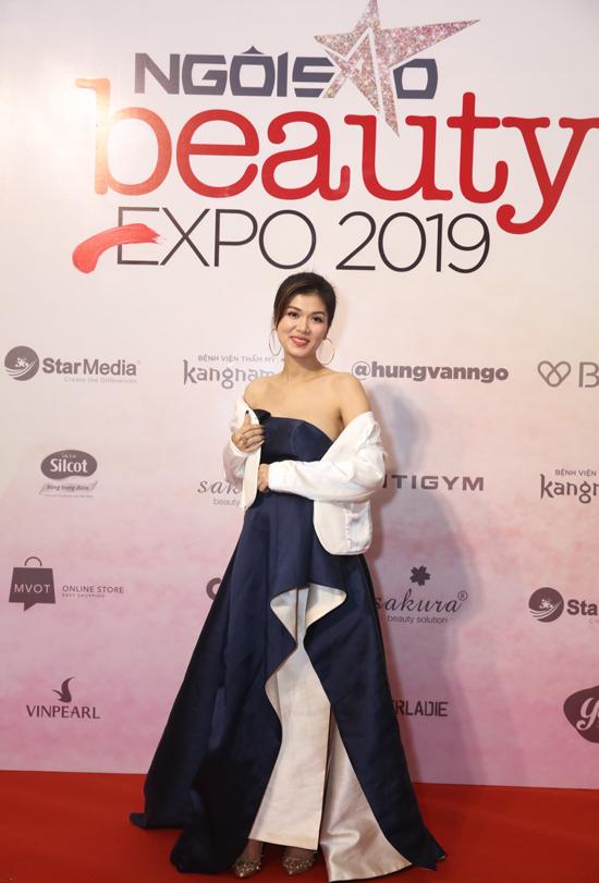 Đang mang thai ở tháng thứ 5 nên Oanh Yến chọn kiểu váy dạ hội phù hợp với vóc dáng để tham gia chương trình.