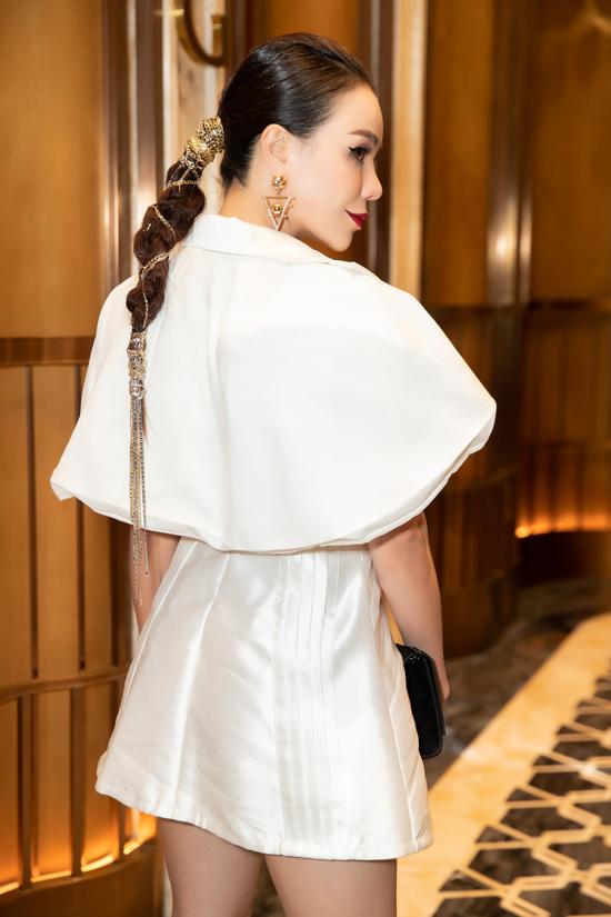 Cùng với phần chăm chút cho phụ kiện đi kèm, mái tóc của Trà Ngọc Hằng cũng được chăm chút một cách độc đáo.