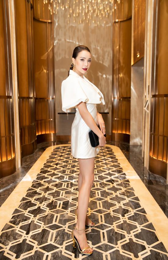 Người đẹp chọn clutch và giầy ánh kim của Yves Saint Laurent để hoàn thiện set đồ đi tiệc.