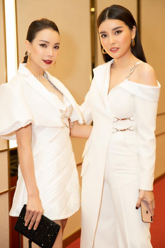Sử dụng trang phục đồng điệu sắc trắng nhưng mỗi người đẹp vẫn tạo được dấu ấn riêng khi đến tham dự chương trình do báo ngoisao.net tổ chức.