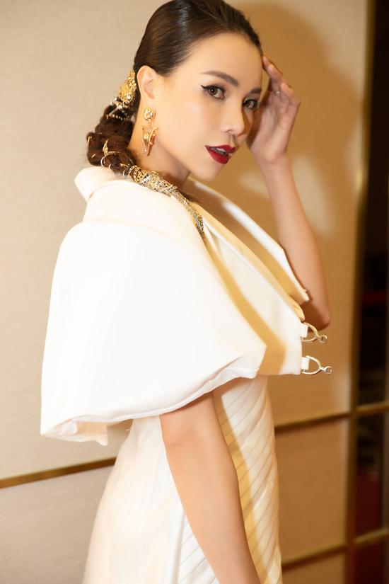 Tham dự đêm trao giải của chương trình Ngoisao Beauty Expo, vì thế Trà Ngọc Hằng đầu tư một cách bài bản về phần trang điểm, làm tóc để gây ấn tượng trên thảm đỏ.