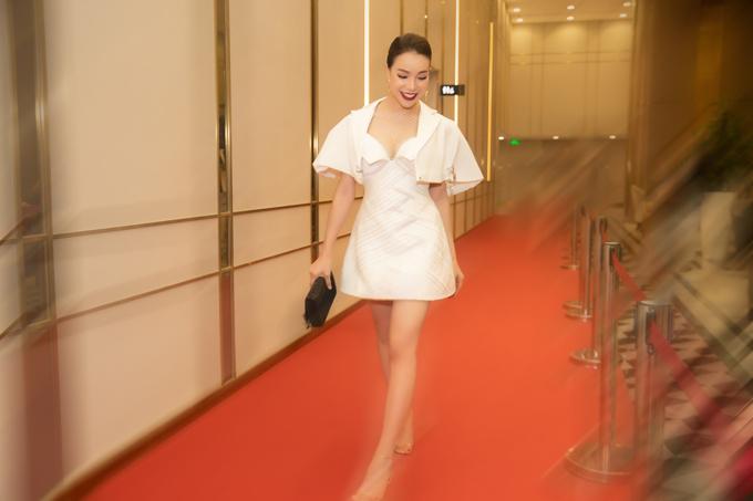 Trà Ngọc Hằng tôn đôi chân thon dài với thiết kế váy ngắn sexy. Người đẹpchia sẻ, thời gian gần đây cô thích diện các kiểu trang phục đơn giản, đúng trend và không chuộng các mẫu đầm dài cầu kỳ như trước đây.