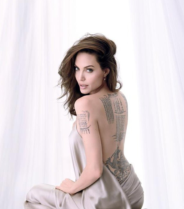 Angelina Jolie xuất hiện gợi cảm trên tạp chí tháng 10, khoe lưng trần với bộ sưu tập hình xăm ấn tượng.