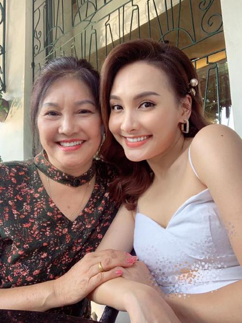 Mẹ Bảo Thanh được khen vẫn trẻ và xinh đẹp.