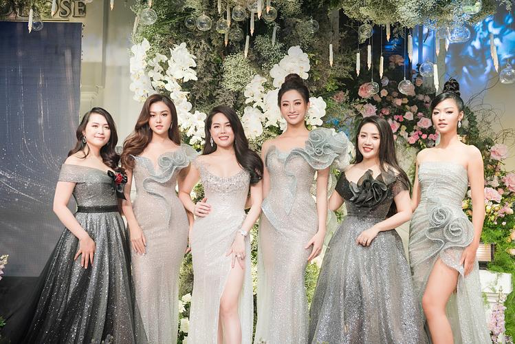 Trong không gian lâu đài hoa hồng ngập tràn hương sắc, cô dâu Lương Thùy Linh thu hút mọi ánh nhìn. Á hậu 1 (ngoài cùng bên phải) và Á hậu 2 (thứ 2 từ trái sang) Miss World Việt Nam 2019 cũng góp mặt tại sự kiện.