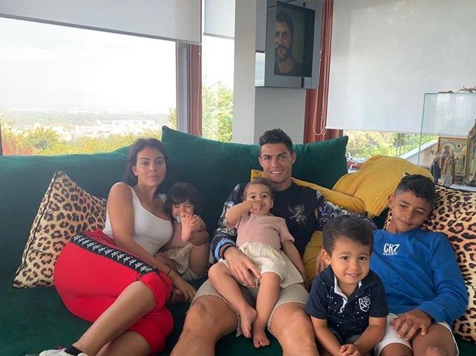 Siêu sao Juventus tận hưởng cuối tuần vui vẻ bên người tình và các con.