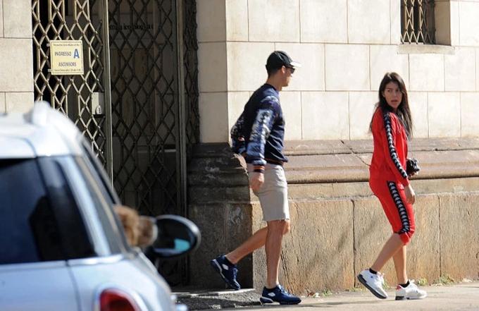 C. Ronaldo và bạn gái rời nhà thờ hôm thứ 7 5/10.