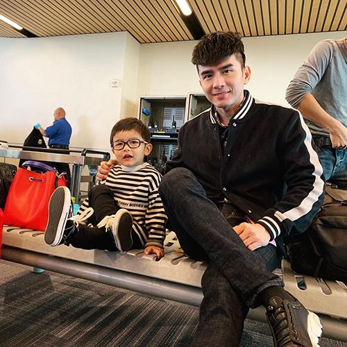 Đan Trường chụp hình cùng con trai Thiên Từ 31 tháng tuổi.