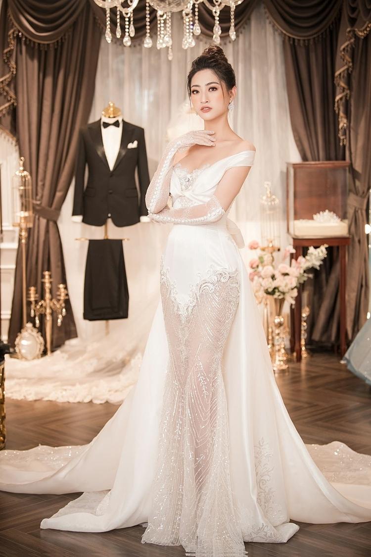 Thiết kế là sự kết hợp đặc biệt và nhiều tâm huyết giữa NTK Phạm Đăng Anh Thư và thương hiệu Diamond Rose. Chiếc váy nổi bật với phom dáng đuôi cá phối giữa chất liệu satin taffeta và ren Pháp cùng tà dài thướt tha, điểm xuyết pha lê Swarovski.