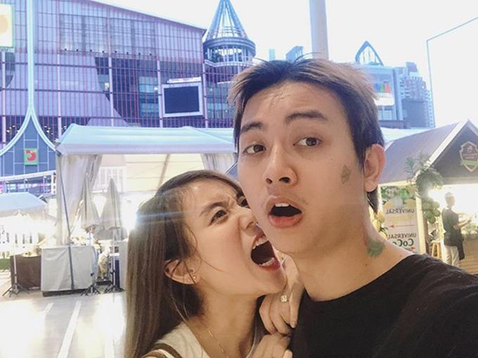 Khoảnh khắc nhí nhảnh của vợ chồng Hoài Lâm - Bảo Ngọc trong chuyến du lịch Thái Lan. Cô trách ông xã chụp ảnh không đẹp: Tới tối luôn, vẫn không chụp khá hơn.