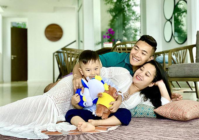 Từ khi mang thai bé thứ hai, Hồng Phượng hạn chế công việc để giữ sức khoẻ, chuẩn bị đón thành viên mới chào đời.