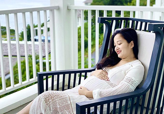 Vóc dáng nữ MC đã thay đổi nhiều, vòng hai lớn lên thấy rõ. Cô vui vì em bé phát triển khoẻ mạnh, có vẻ hiếu động, hay đạp bụng mẹ.