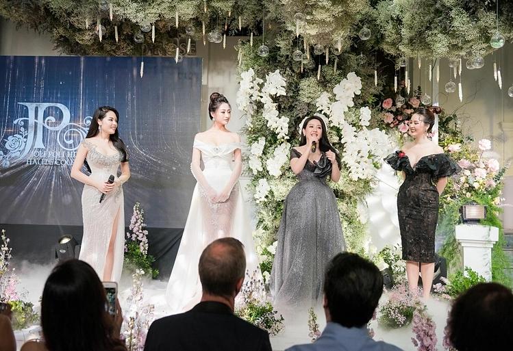 Nhà thiết kế 8x Phạm Đăng Anh Thư vừa giới thiệu váy cưới đính viên kim cương 18 carat từ thương hiệu đá quý Diamond Rose trong bữa dạ tiệc thời trang tại Hà Nội. Hoa hậu Lương Thùy Linh đảm nhận trình diễn váy cưới đắt giá này.