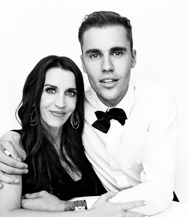 Ảnh chụp trong lễ cưới của Justin Bieber bên mẹ.