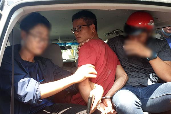 Nghi phạm Nguyễn Văn Lực (áo đỏ) bị công an bắt giữ. Ảnh: T.L.