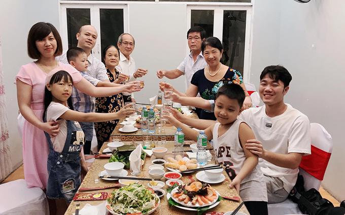 Xuân Trường và gia đình nâng cốc trong tiệc sinh nhật mẹ anh. Ảnh: Lương Thanh Tâm.