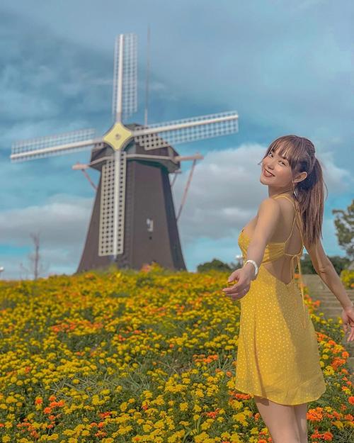 Ca sĩ Minh Hằng mừng vì cuối cùng cũng tìm được nơi có hoa và cối xoay gió trong chuyến du lịch Nhật Bản.