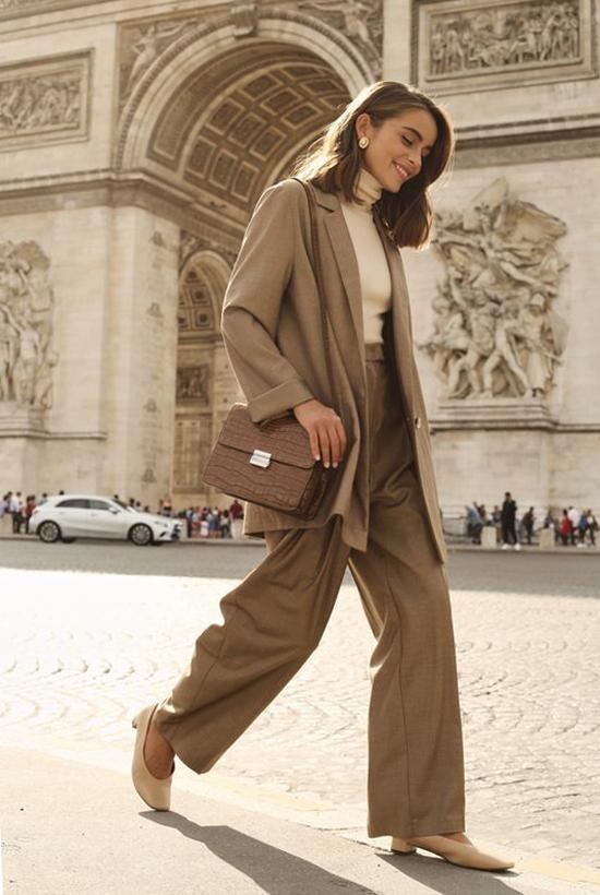 Áo len tăm, áo thun cao cổ được lựa chọn để thay thế cho các mẫu crop-top, áo hai dây khi phối cùng suit hoặc blazer.
