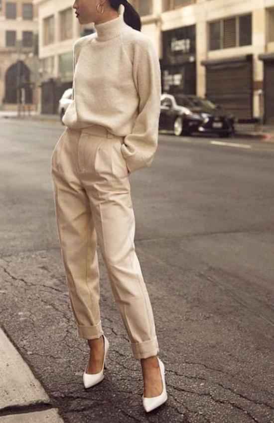Trong không khí dịu mát của trời thu, nhiều bạn gái thích chọn các loại áo dệt kim mỏng để phối cùng quần âu, jeans.