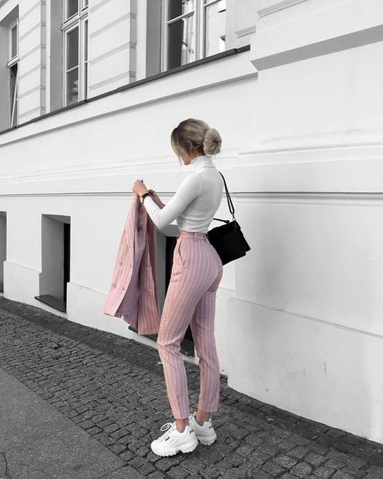 Các kiểu áo thun ôm bó sát được biến tấu cổ áo phong phú để set đồ mùa thu trở nên bắt mắt hơn.
